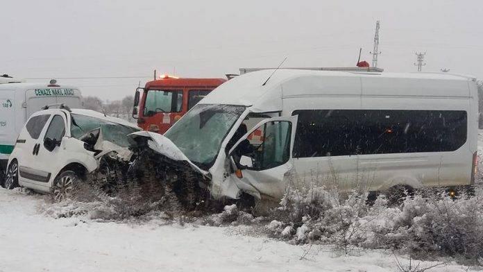 Yolcu minibüsüyle hafif ticari araç çarpıştı : 2 ölü, 16 yaralı