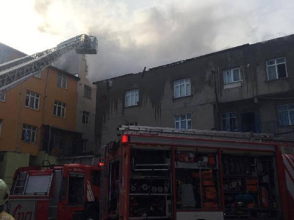 Halkalı'da apartmanın çatısı